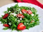 салат с клубникой и руккулой