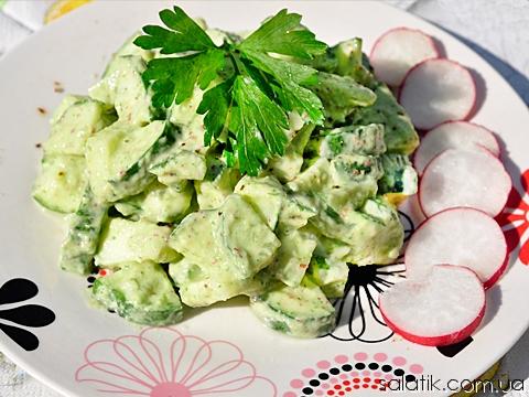огуречный салат со сметанно-авокадовым соусом