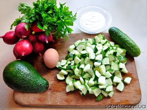 огуречный салат с соусом из авокадо
