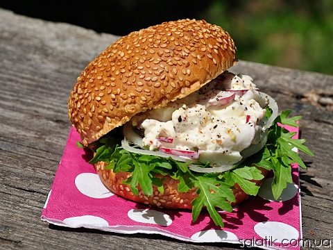 сэндвич салат с курицей и редиской