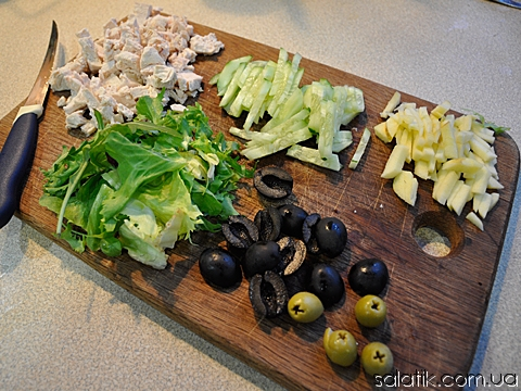 легкий салат с курицей и оливками