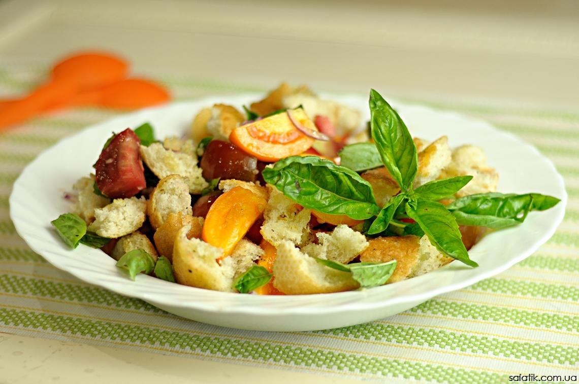 салат с помидорами и крутонами
