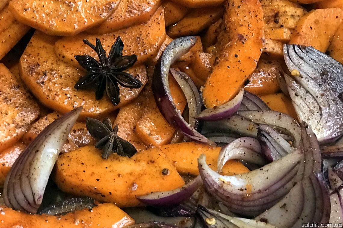 Нарезаны овощи для пряного салата