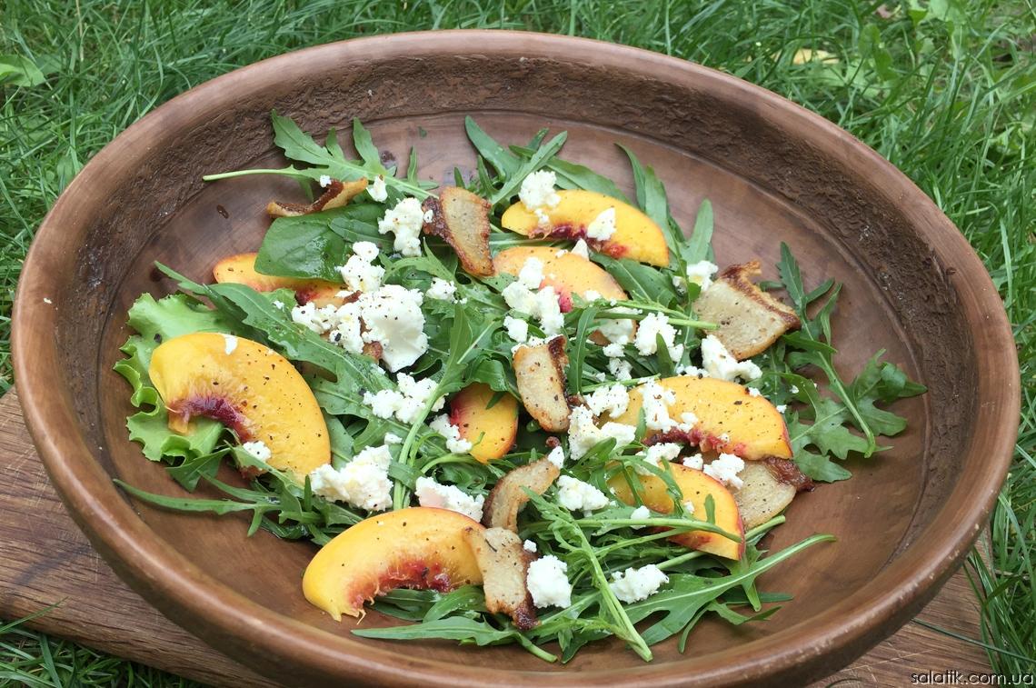 салат с рукколой и персиками с беконом
