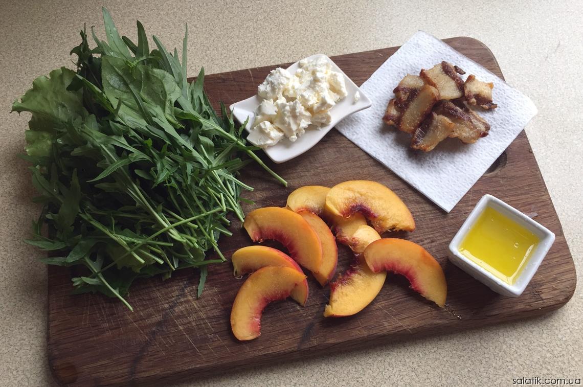 салат с рукколой и персиками с беконом продукты нарезать