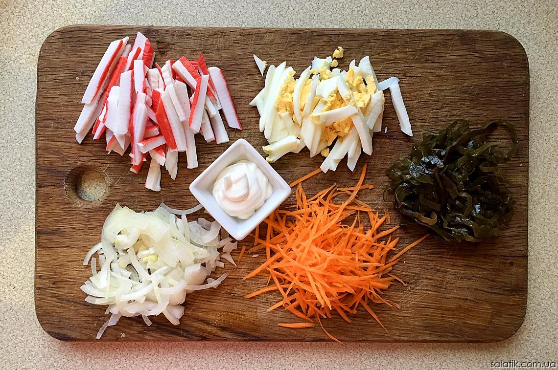 Салат с крабовыми палочками и морской капустой - нарезка продуктов